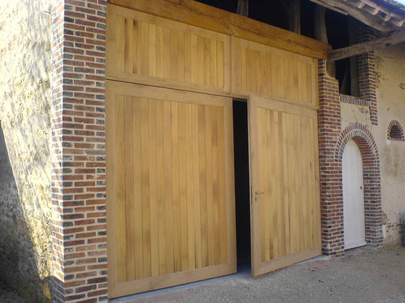 Menuiserie sens cr ativ 39 bois fen tre pvc porte bois for Porte grange